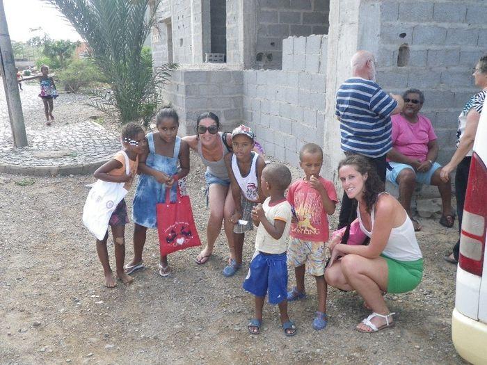 Alguns dos meninos que distribui, rebuçados, canetas e bolsas pas meninas...