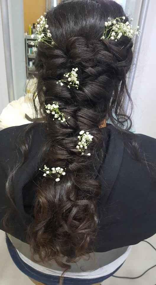 Pedi um penteado preso com cabelo solto perto da cara e optamos por usar flores naturais no cabelo!