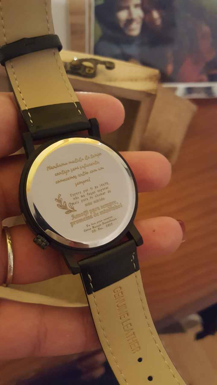 Mandeib vir do Aliexpress um relógio (o noivo faz coleção) para dar ao homem no dia! É de couro e é