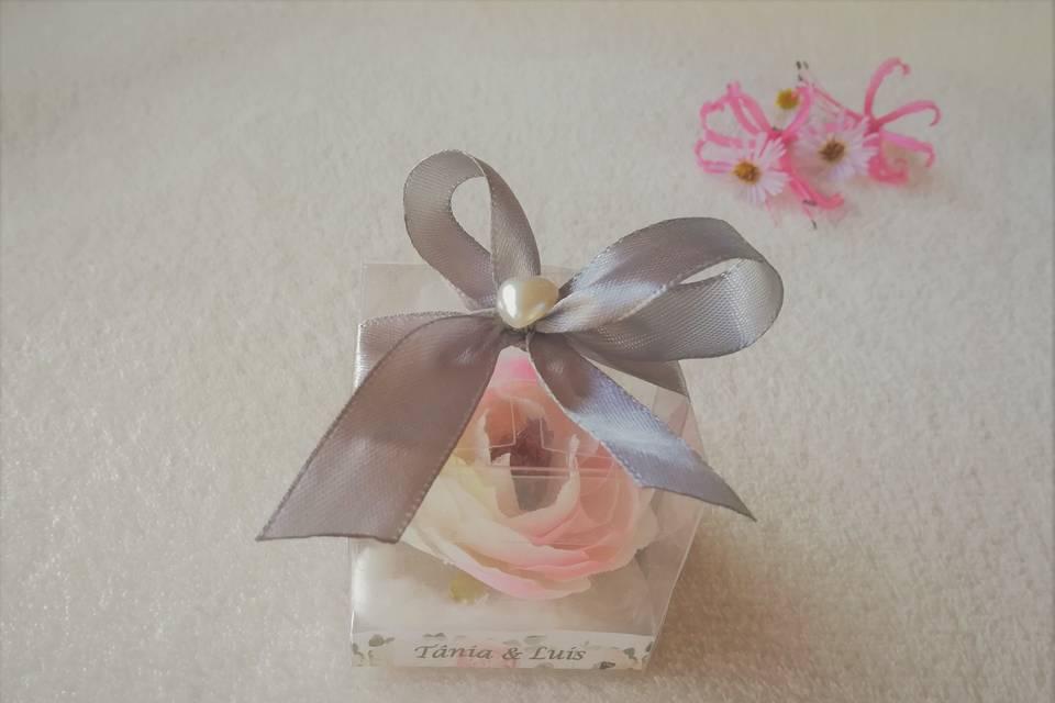 1 caixinha com flor
